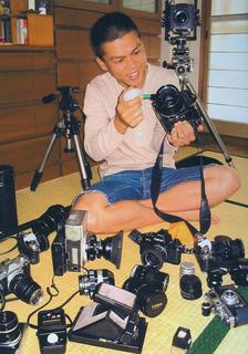 フィルムカメラをいじるスーさん.jpg